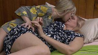 Novinhas se masturbando em um sexo lésbico de loiras